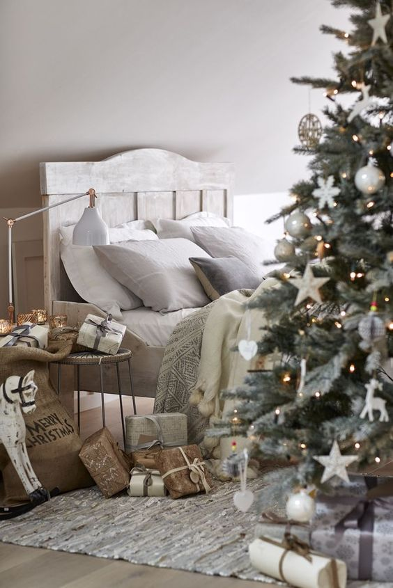 My top 10 christmas bedrooms perfect headboards blog for Decorations exterieures de noel